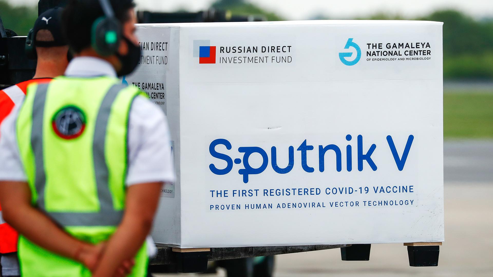 Il terzo lotto di vaccino russo Sputnik V arriva all'aeroporto Ministro Pistarini di Buenos Aires, Argentina. Secondo i dati ufficiali, la spedizione contiene 220.000 dosi destinate all'Argentina e un lotto extra di 6.000 dosi per la Bolivia
