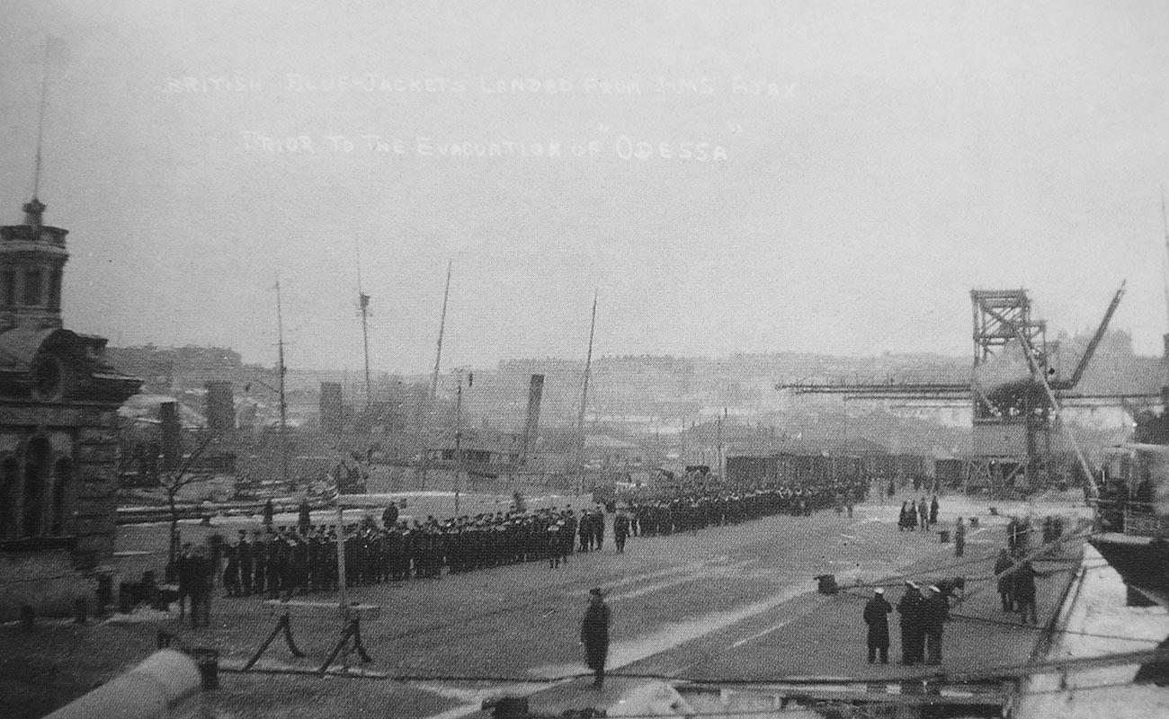 Britanniques arrivés à bord du croiseur HMS Ajax dans le port d'Odessa pour l'évacuation de la ville