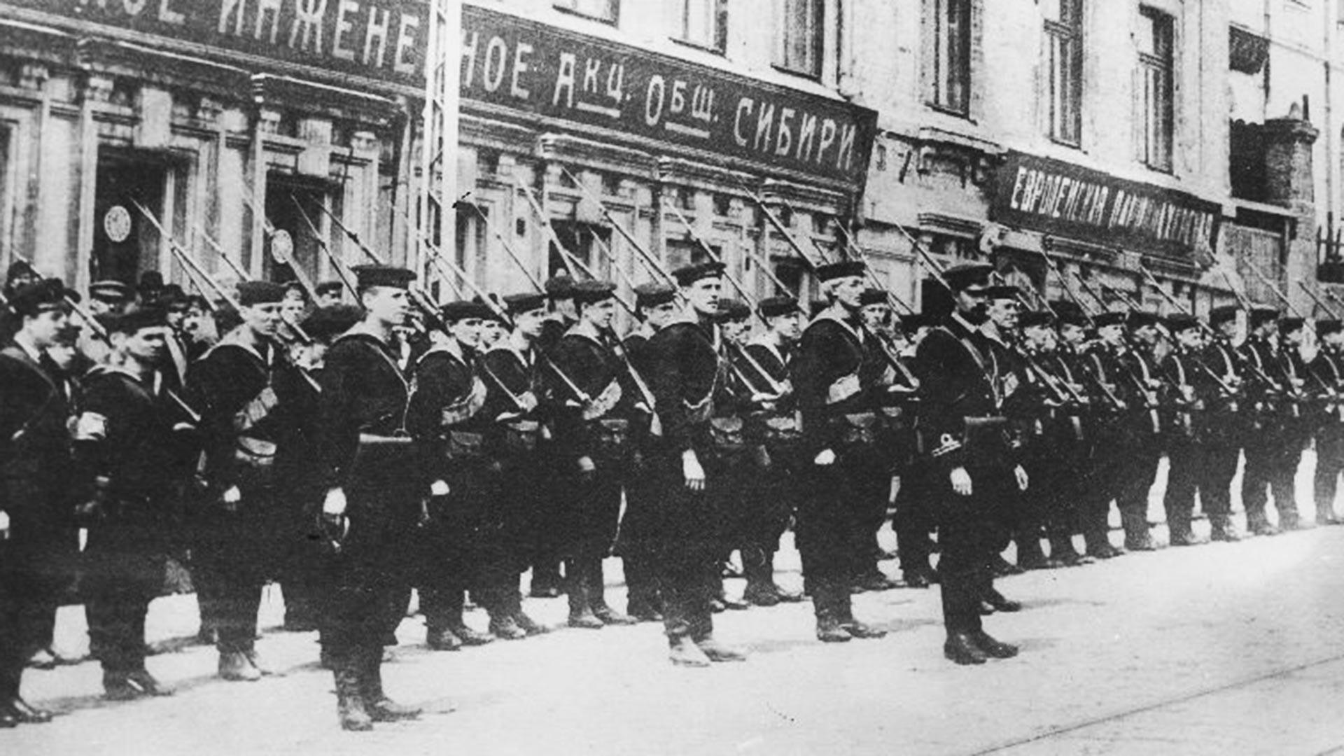 Britanniques devant le consulat lors de l'intervention militaire en Russie