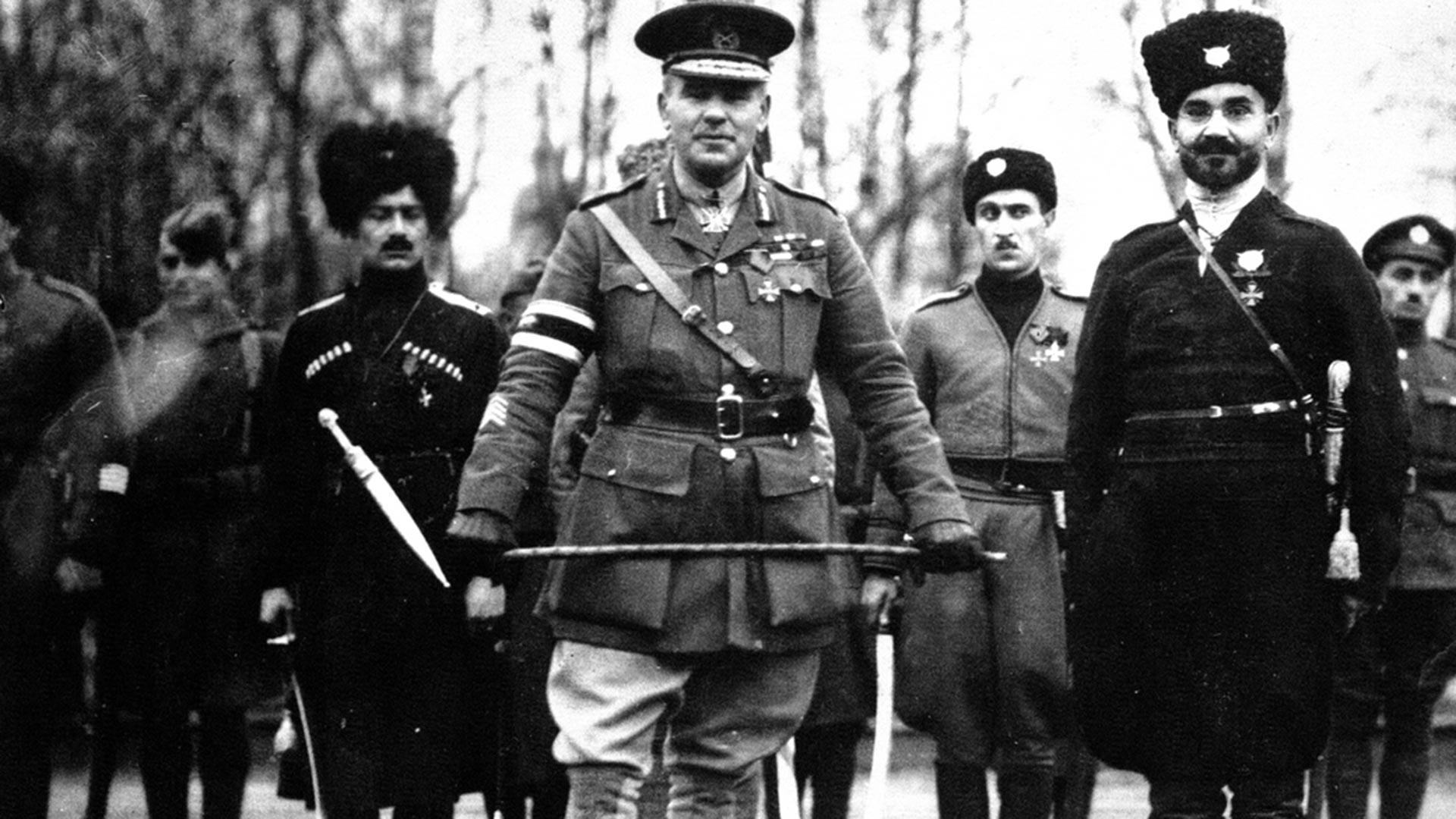 Le général britannique Frederick Poole, commandant les troupes alliées à Arkhangelsk jusqu'en octobre 1918, avec des cosaques. Plus tard, il a été stationné avec l'Armée blanche dans le sud de la Russie.