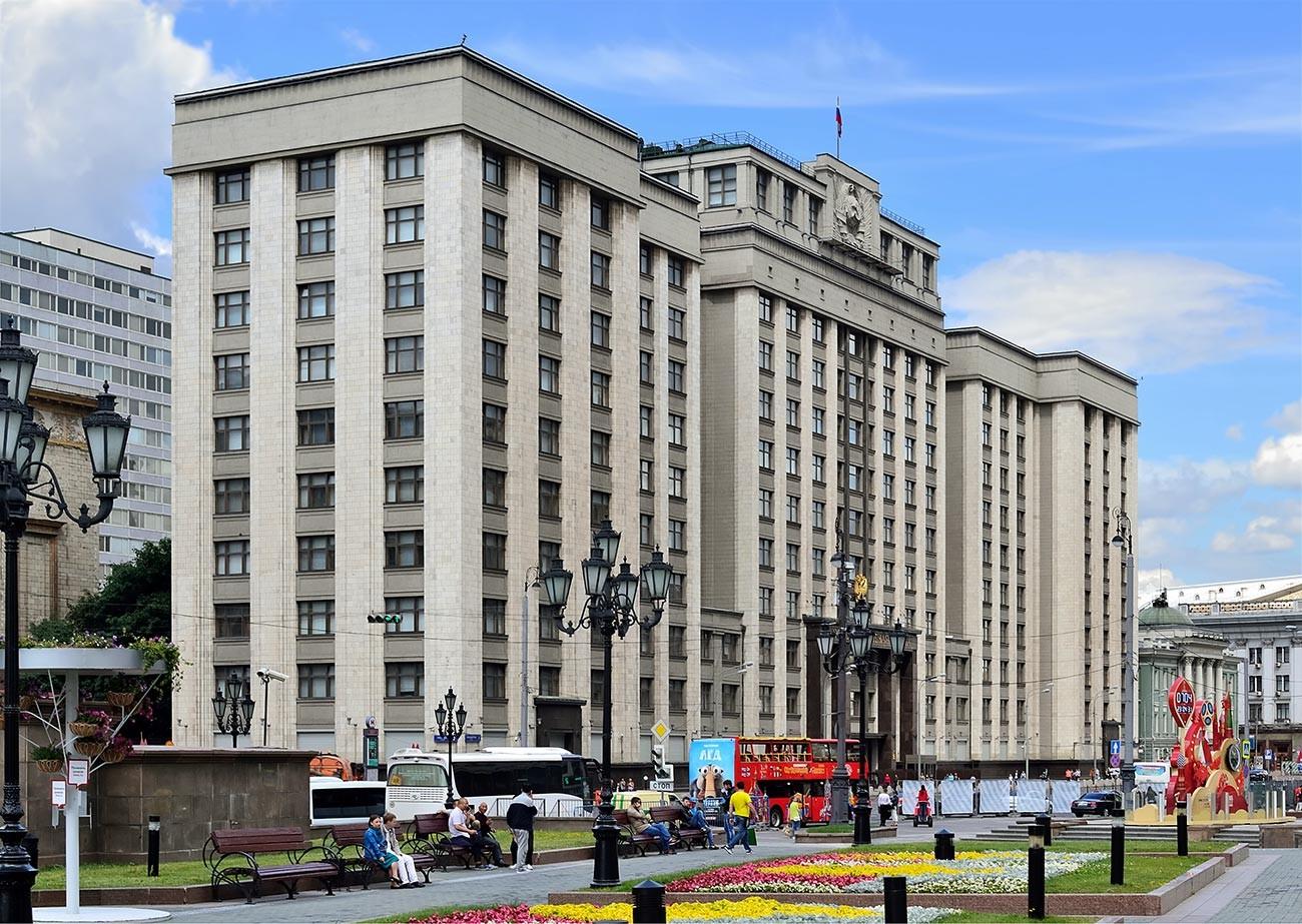 Moskau, 2017. Das Gebäude der Staatsduma. Architekt Arkadij Langman, 1935.