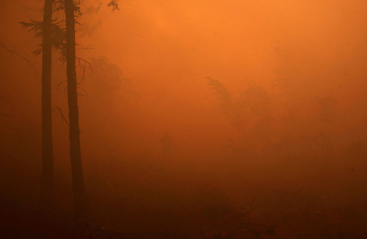 サハ共和国のマガラス村の近く森林火災