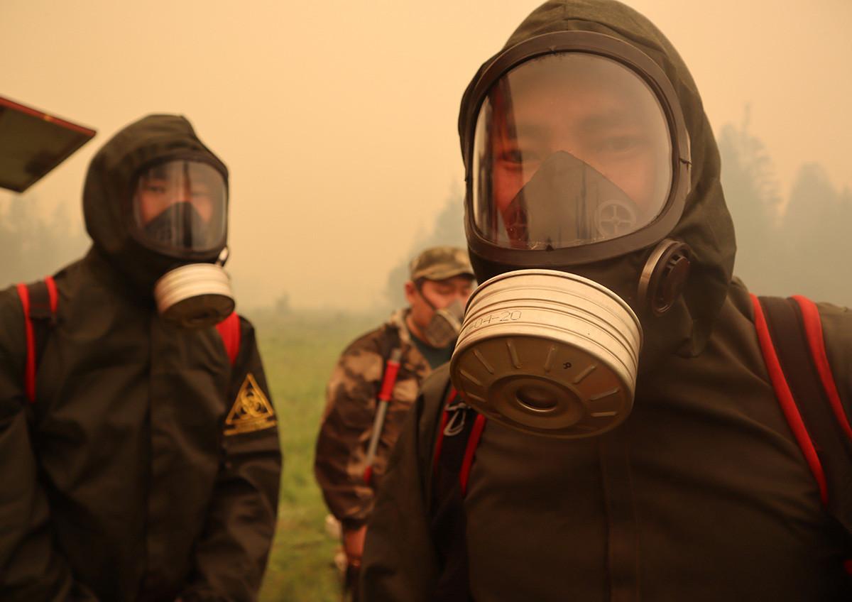 防護服を着用する消防士