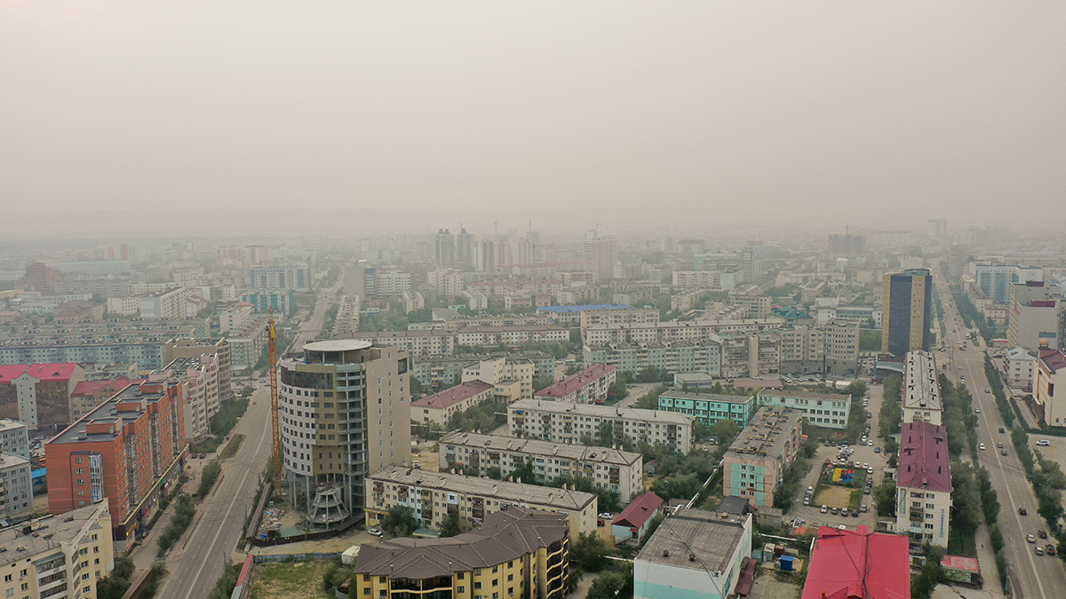 Rauch von einem Waldbrand bedeckt Jakustk.