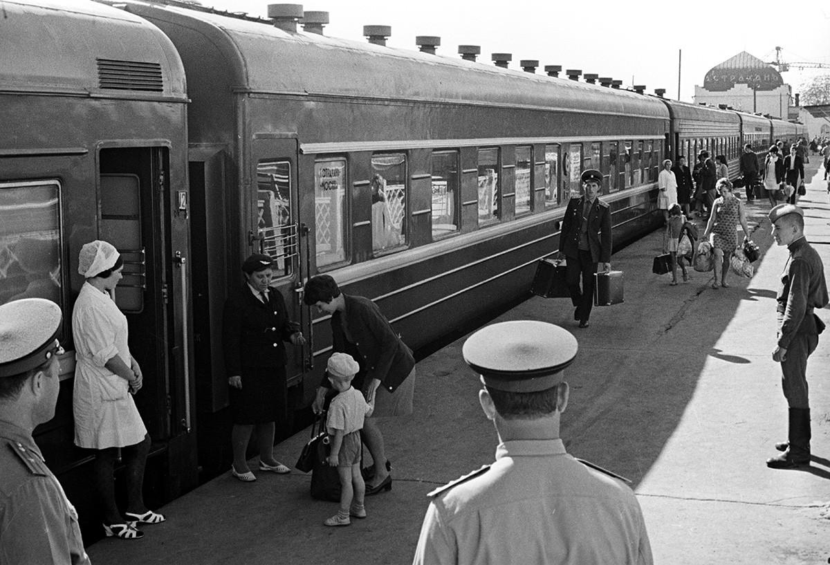 Borba protiv epidemije kolere u Astrahanu. Slanje pacijenata iz grada pod nadzorom liječnika. Fotografija je objavljena u časopisu Sovjetski Savez br. 13, 1970.