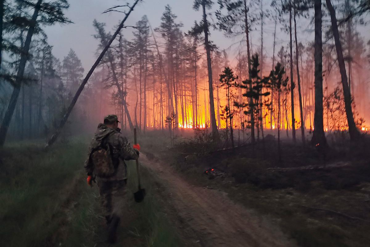 Voluntário durante combate a incêndios na Iakútia, 17 de julho de 2021
