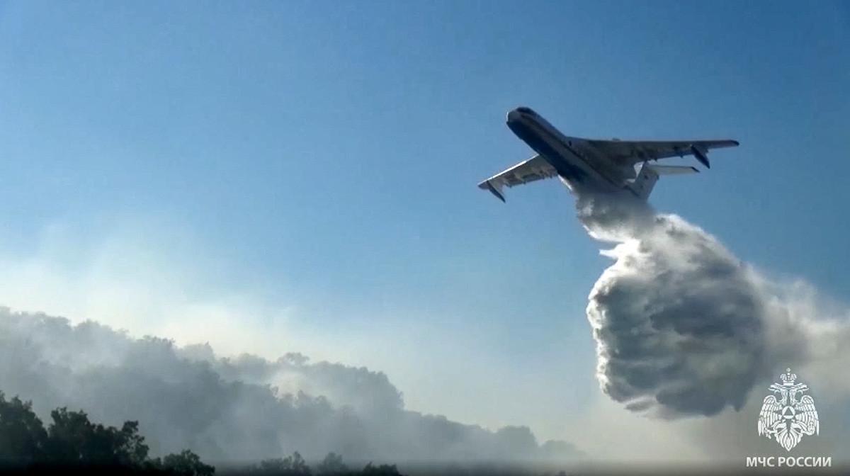 Avião anfíbio multifuncional Be-200, do Ministério para Situações de Emergência da Rússia, durante extinção de incêndio florestal na república da Iakútia, 18 de julho de 2021