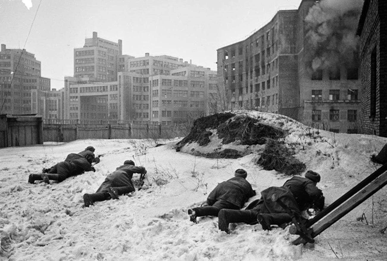 Befreiung von Charkow. Sowjetische Infanterie neben Gosprom-Gebäude.