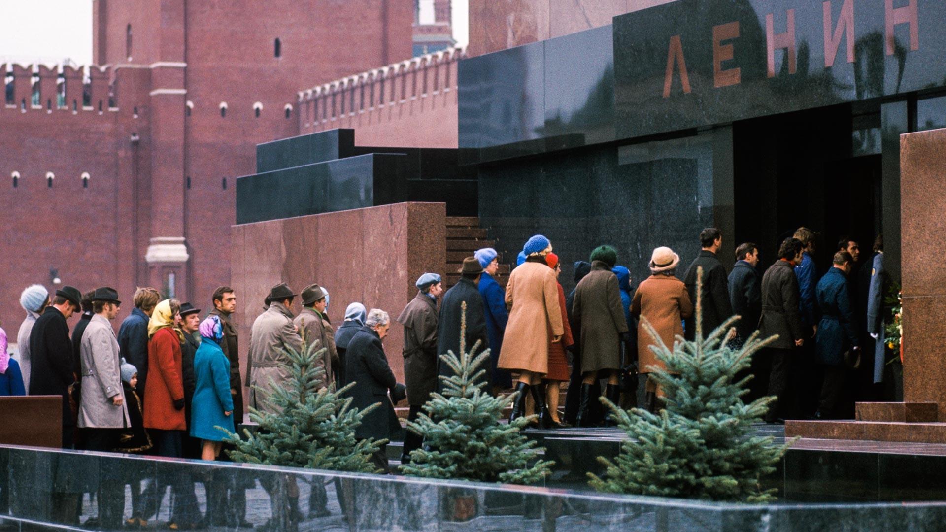 Persone in fila davanti al mausoleo in Piazza Rossa