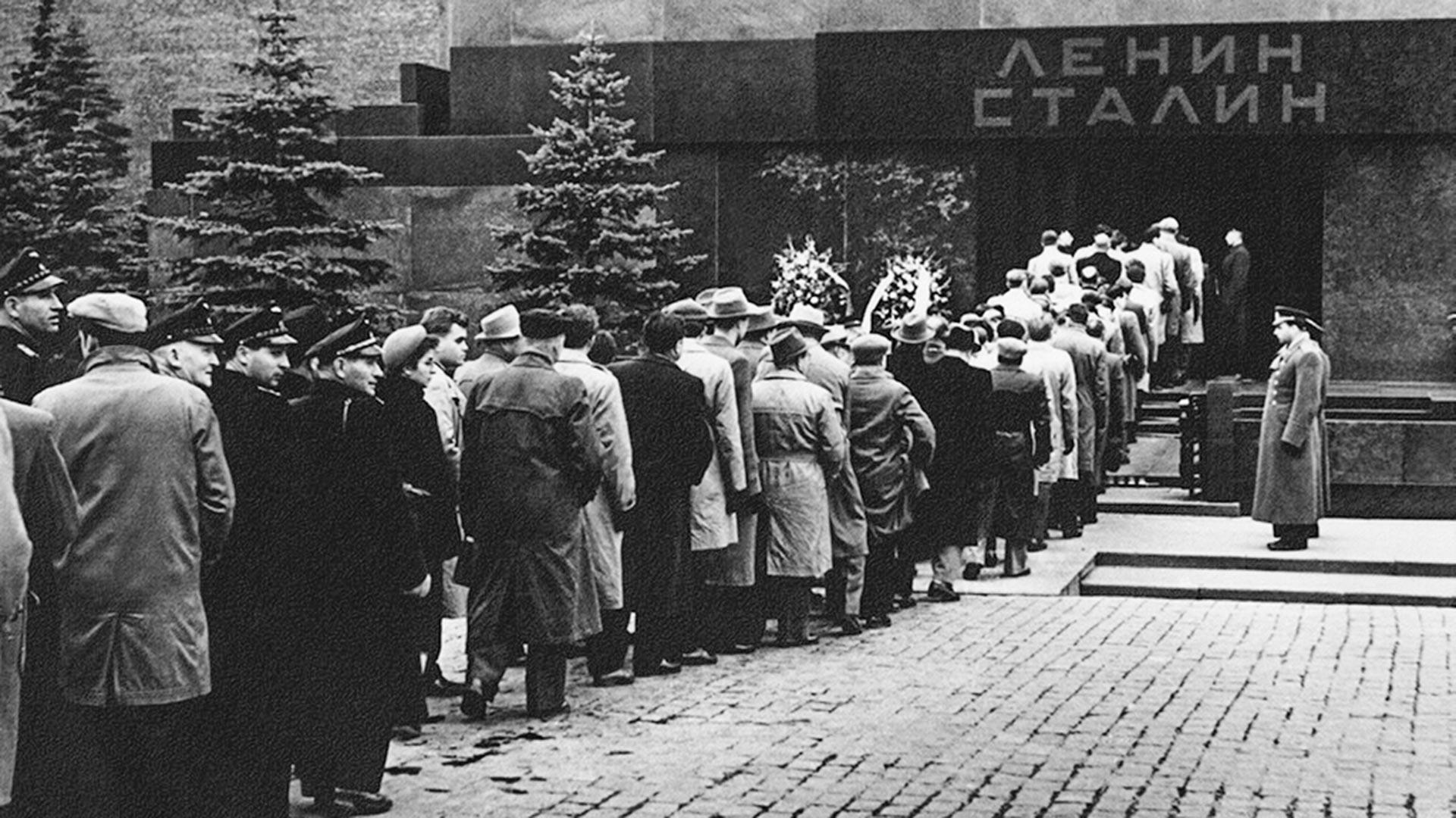 Persone in fila davanti al mausoleo di Lenin