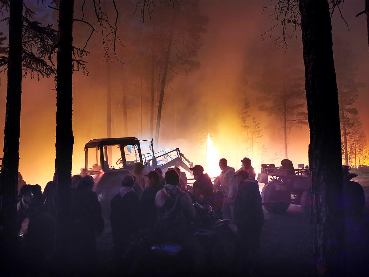 Gruppi di volontari alle prese con gli incendi
