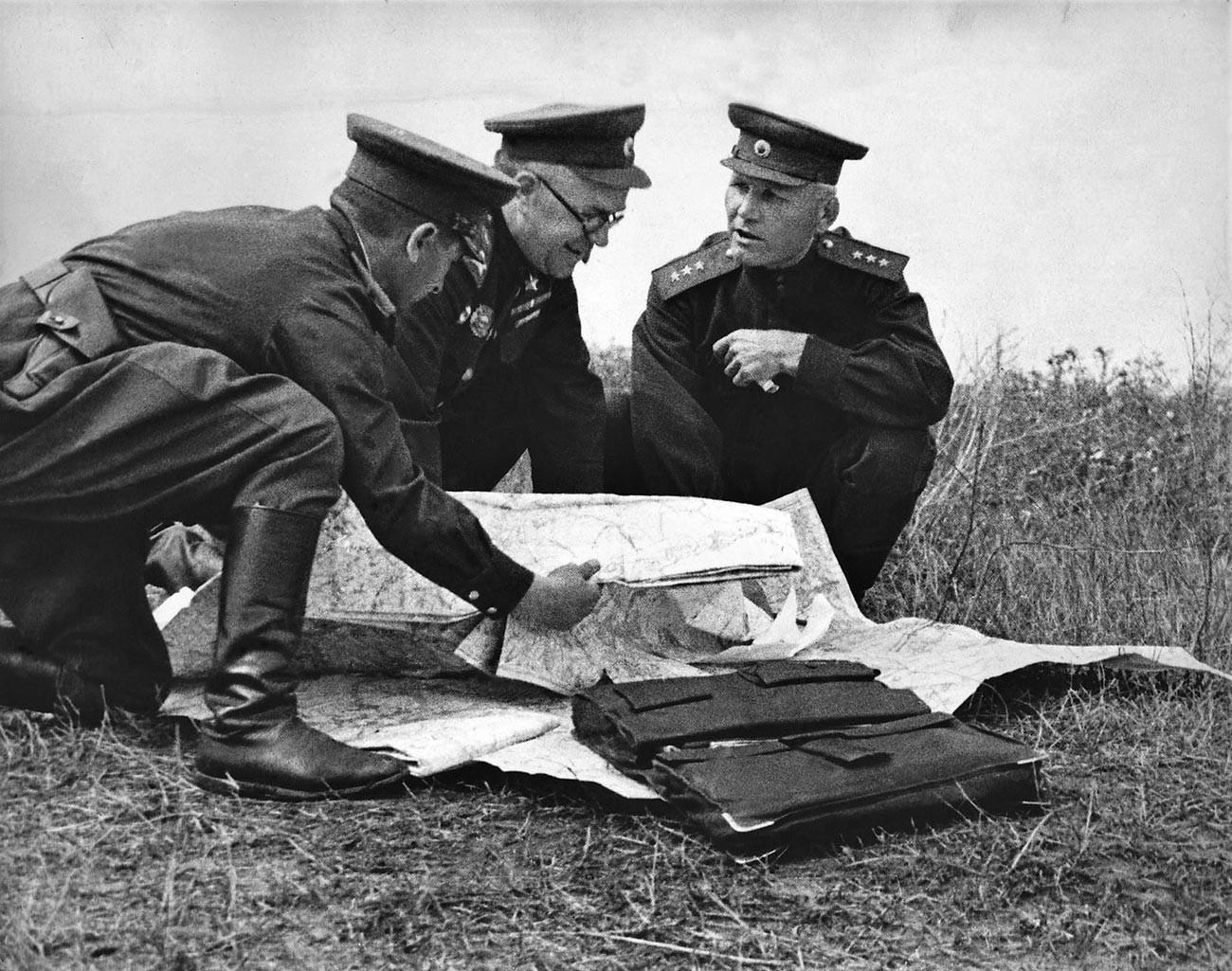 Заместитель Верховного главнокомандующего Маршал Советского Союза Жуков и командующий Степным фронтом генерал-полковник Конев в период Курской битвы.