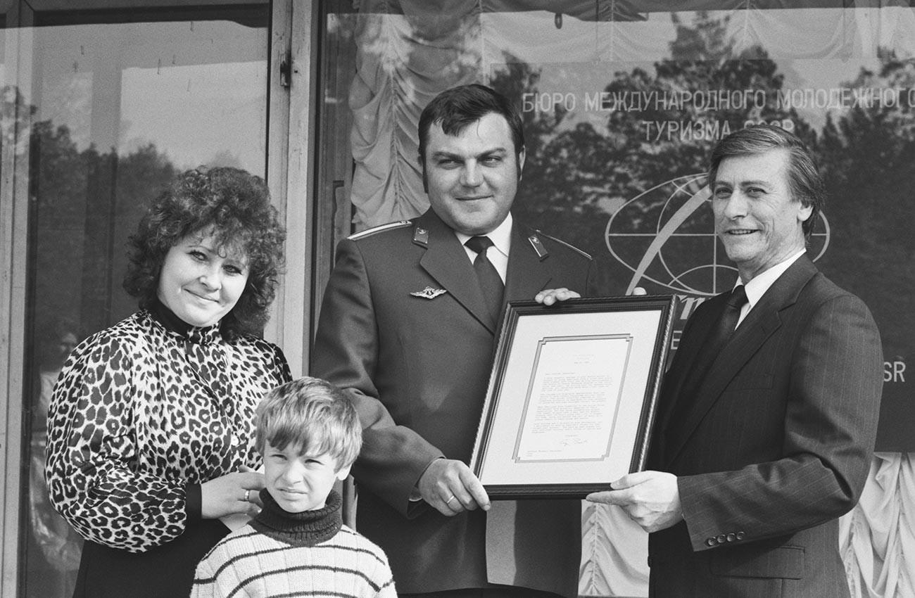 Старшина от милицията Михаил Панкрушев със съпругата и сина му с приветственото писмо и подаръка от президента на САЩ Джордж Буш