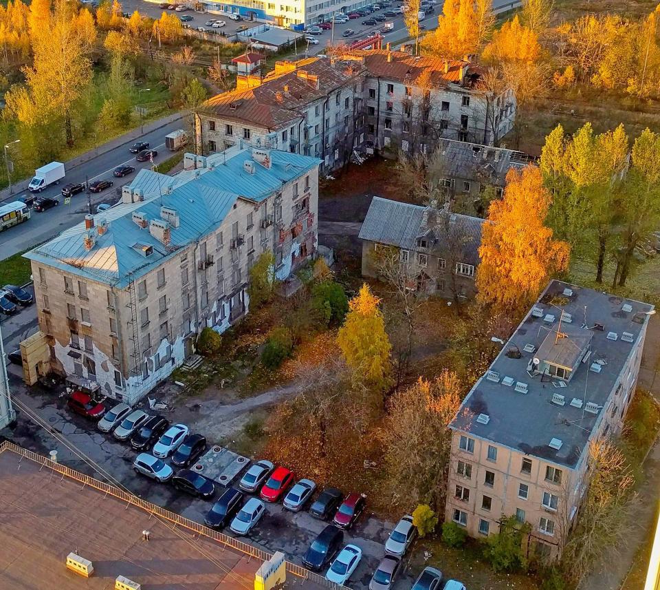 Bangunan apartemen yang di bangun dari atas ke bawah ada di sebelah kanan.
