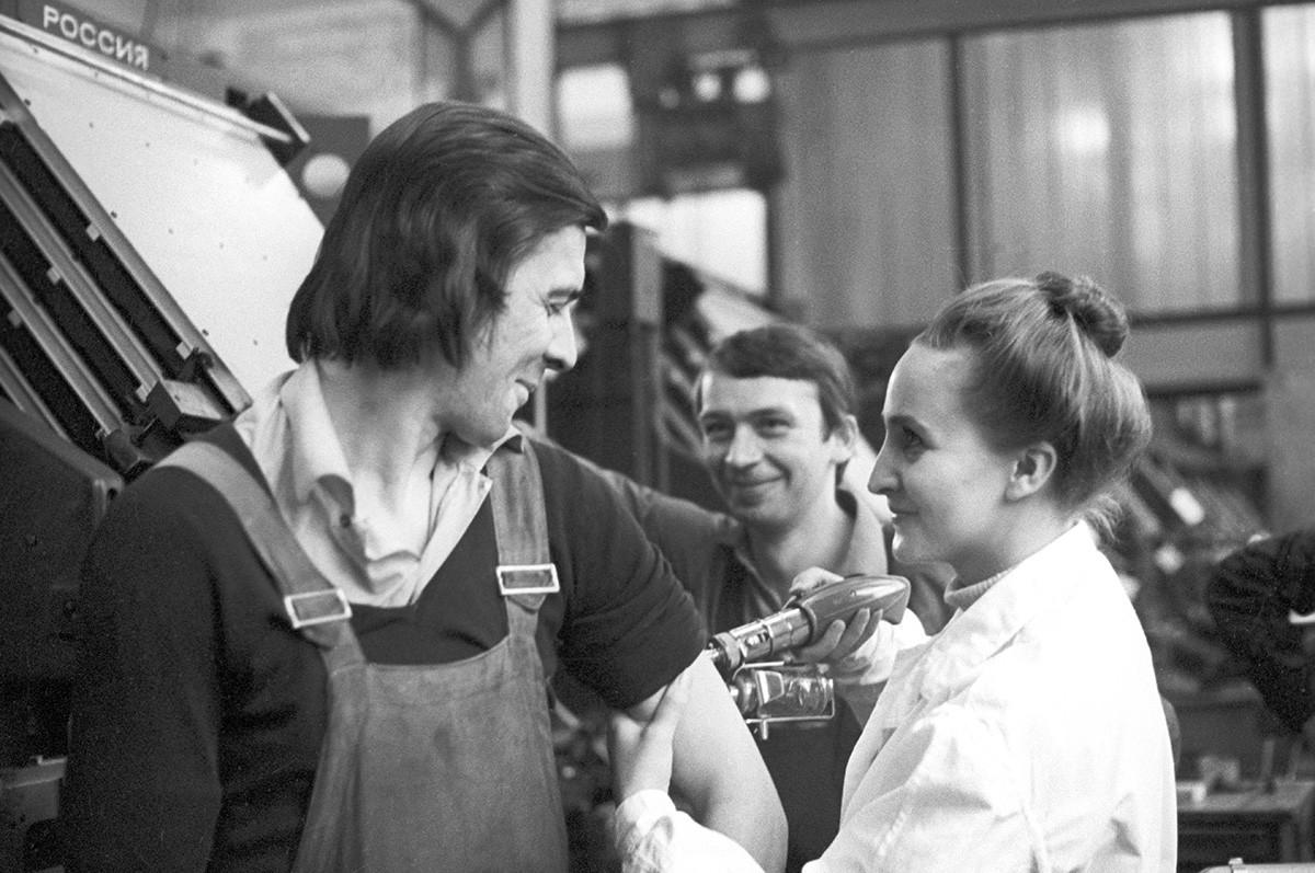工場でワクチンを受ける労働者、1977年