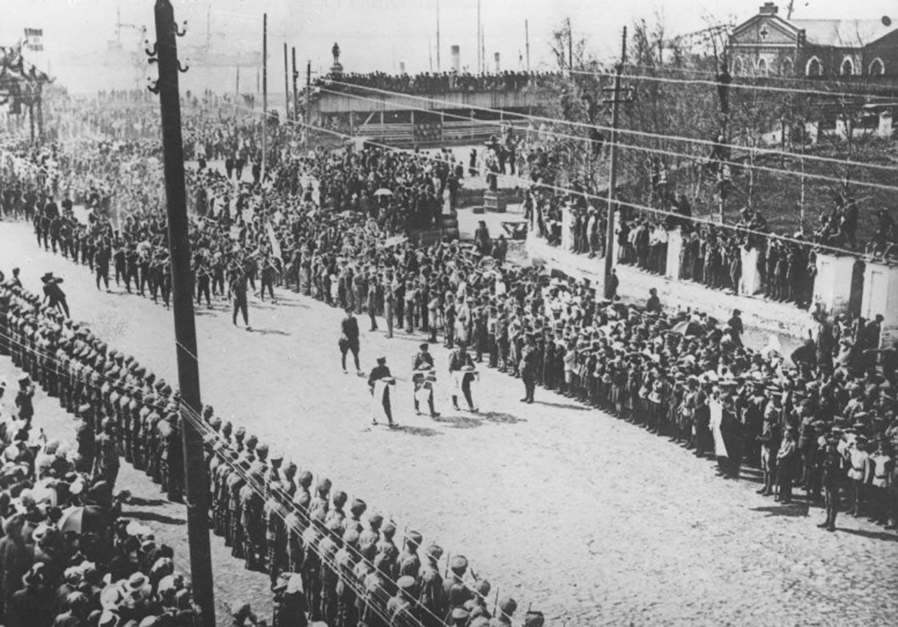 Ankunft britischer Truppen in Archangelsk.