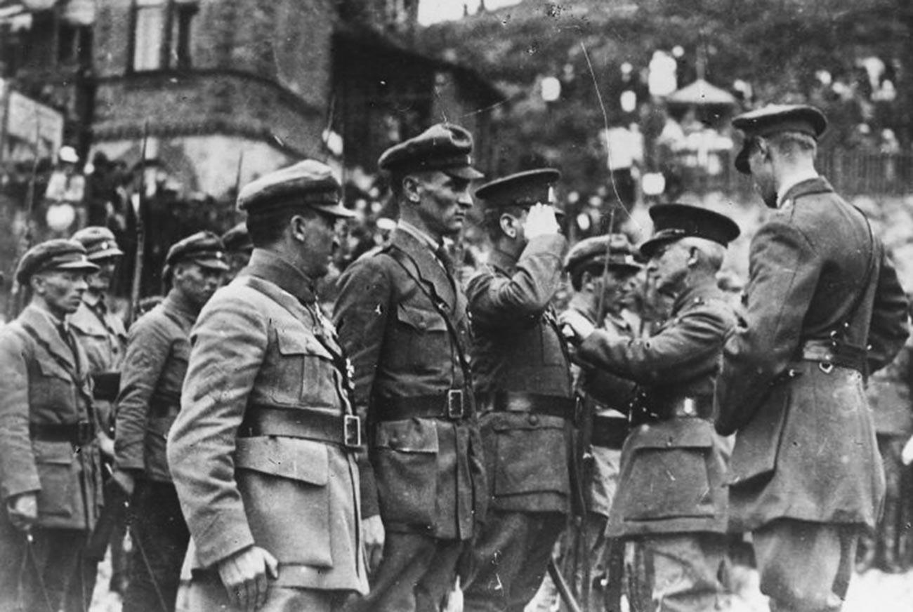 Englischer General vergibt Orden tschechoslowakischer Offiziere.