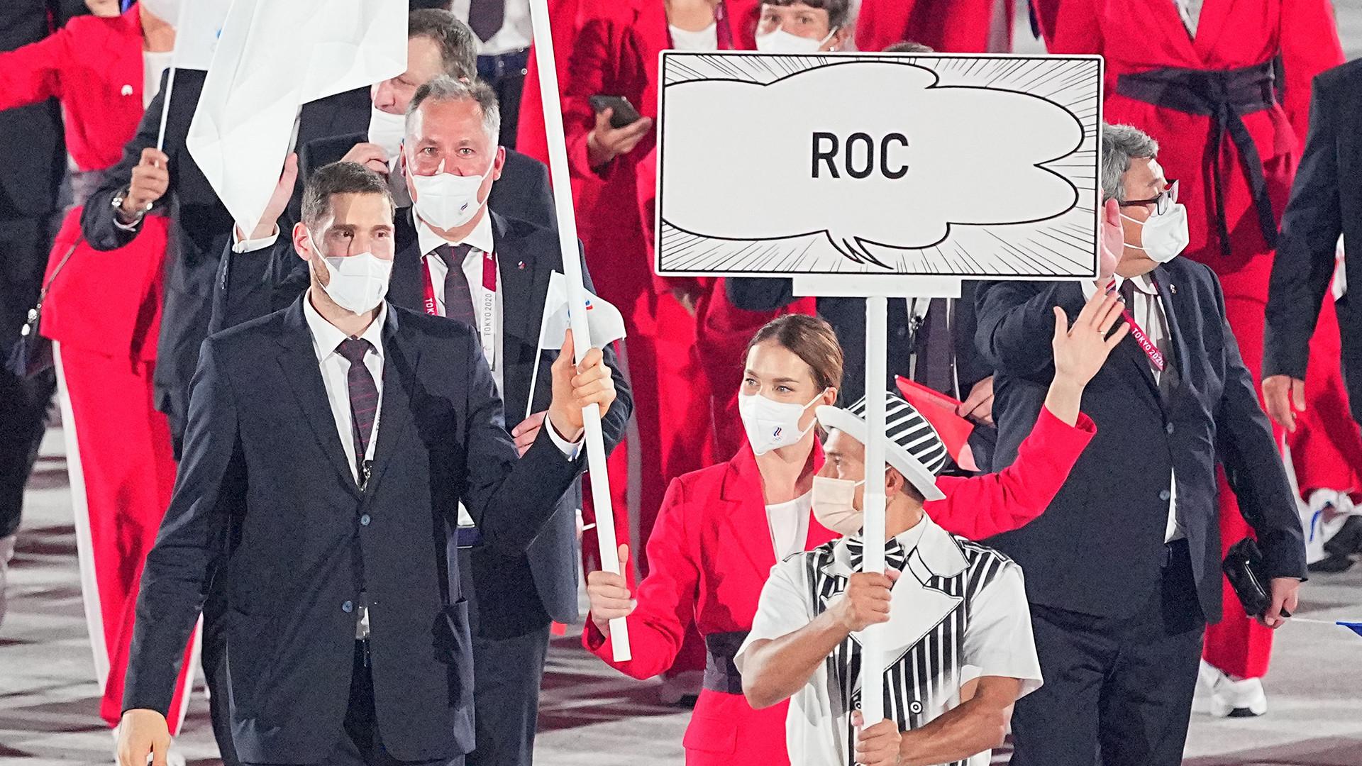 Cérémonie d'ouverture au stade olympique de Tokyo. L'équipe du Comité olympique russe (COR) avec les porte-drapeaux l'escrimeuse Sofya Velikaya et le volleyeur Maksim Mikhailov.