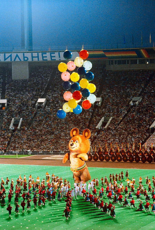 Cérémonie de clôture des XXIIe Jeux olympiques d'été, en 1980, au stade central Lénine (Loujniki), à Moscou