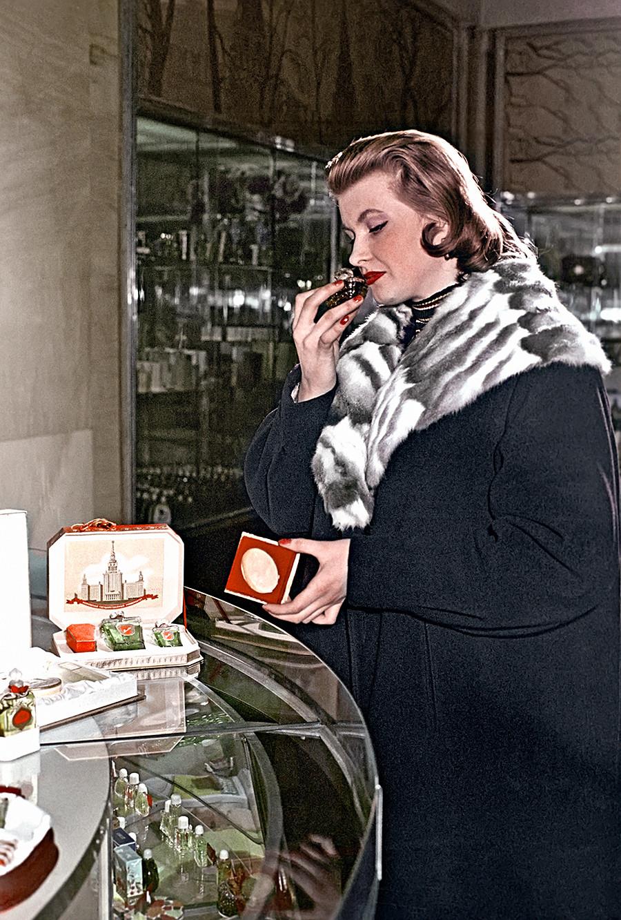Покупательница у прилавка парфюмерного магазина в Охотном Ряду выбирает духи. 1958
