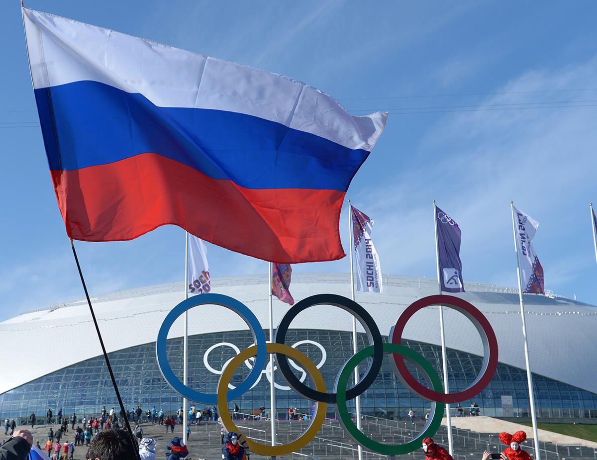 Torcedores com bandeiras russas no Parque Olímpico durante os Jogos Olímpicos de Inverno de 2014 em Sochi