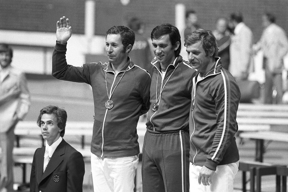 Esgrimistas soviéticos dominaramo pódio nosJogos Olímpicos de Verão de 1976, em Montreal.Da esq. à dir.: medalhista de prata Vladimir Nazlimov, de ouro Viktor Krovopuskov e de bronze Viktor Sidyak
