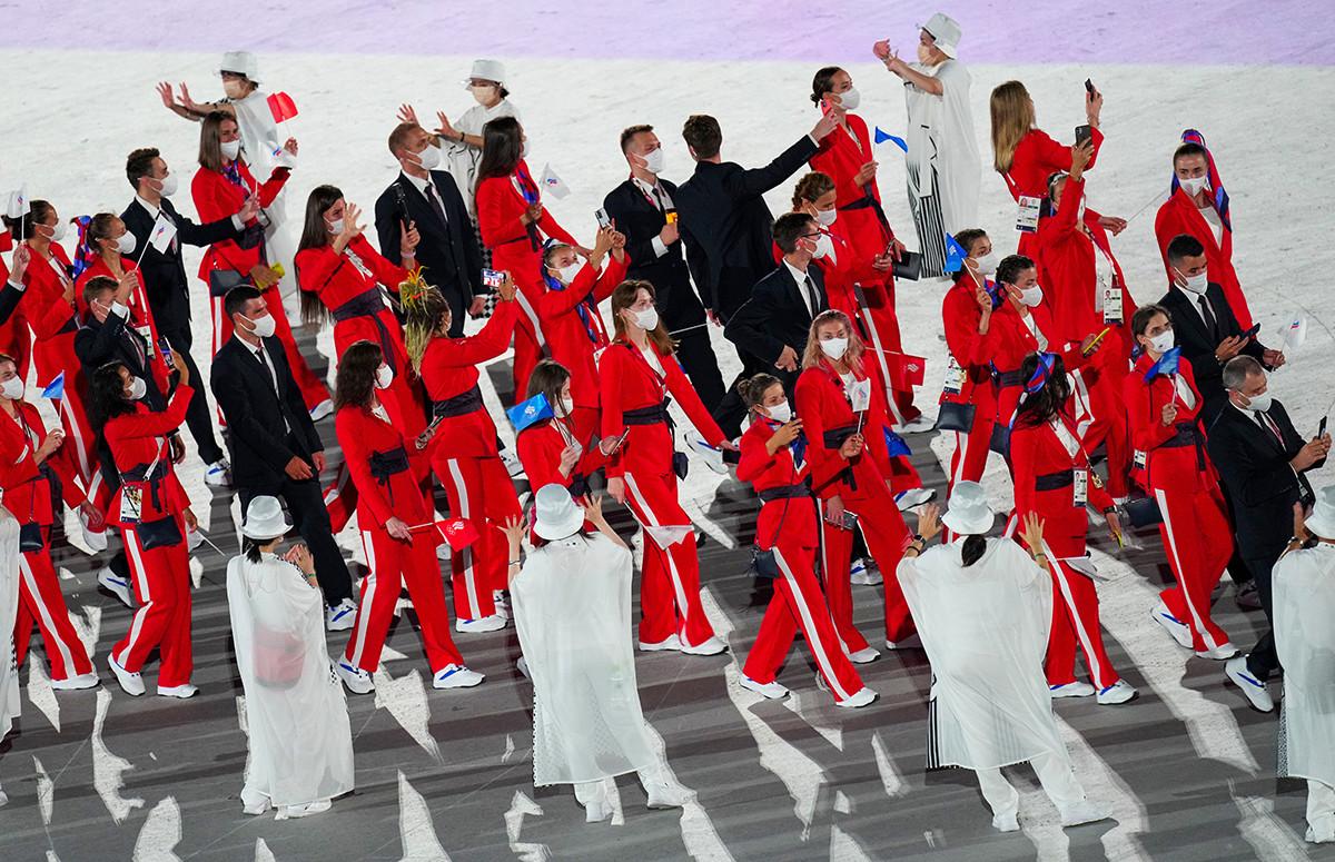 Atlet dari tim ROC mengikuti parade pada ppacara pembukaan Olimpiade Tokyo 2020.