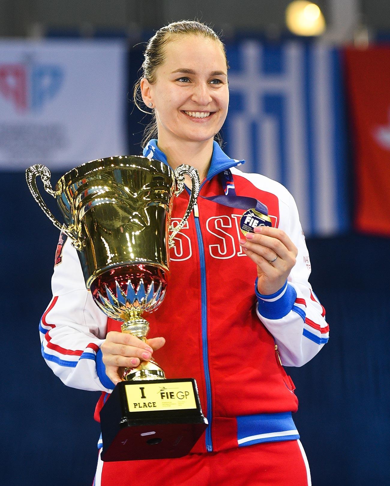 Die Gewinnerin im Wettbewerb der persönlichen Meisterschaft der Frauen beim internationalen Fechtturnier Moskauer Säbel - 2019 Sofia Welikaja.