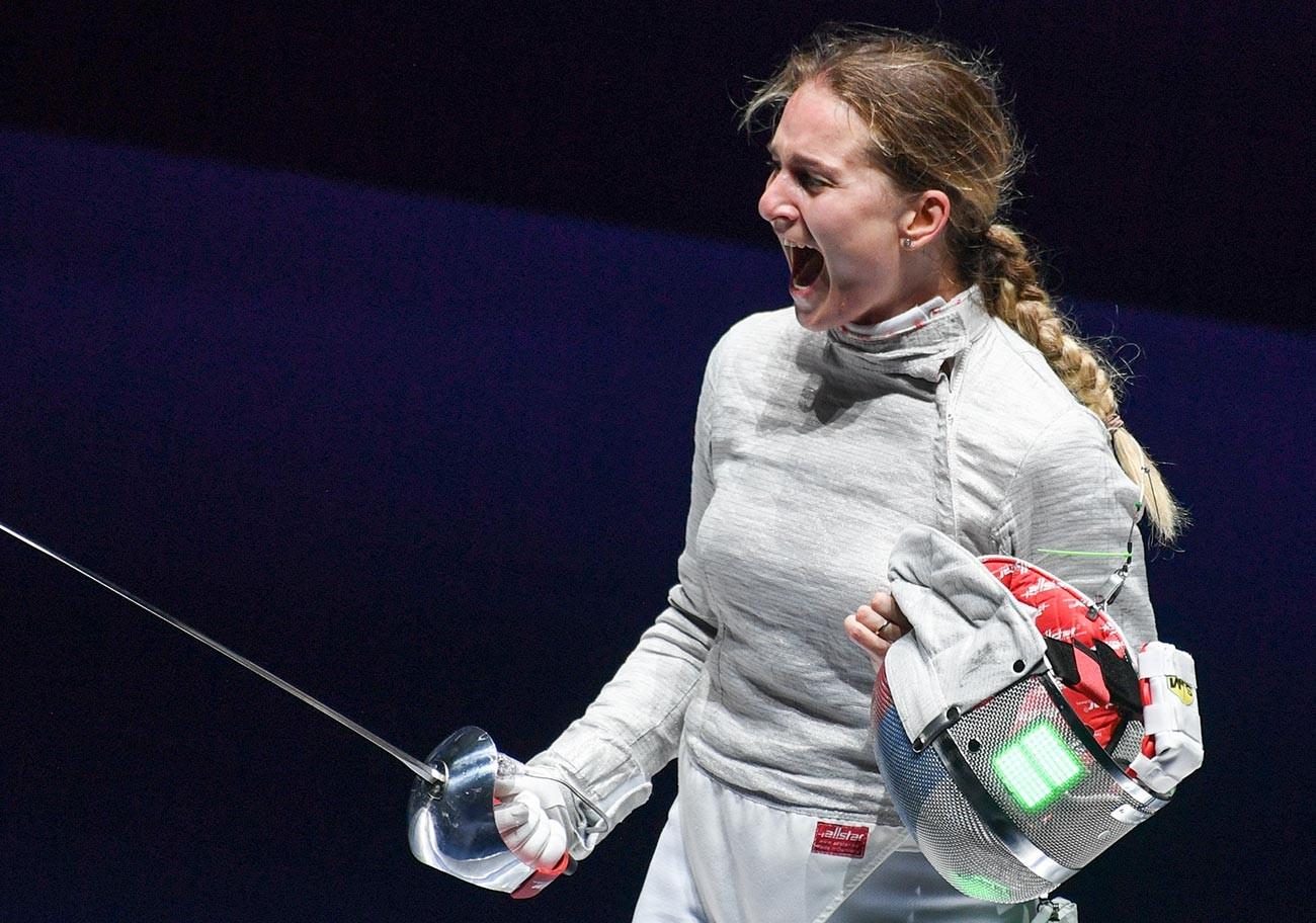 Sofia Welikaja (Russland) nach dem Halbfinalspiel gegen Theodora Gkuntura (Griechenland) im Einzel-Säbelwettbewerb der Damen bei den Fecht-Weltmeisterschaften in Budapest.