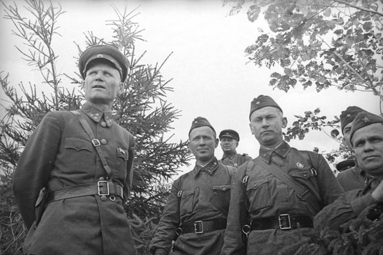 A sinistra, il comandante della 19° Armata, il tenente generale Ivan Konev, insieme agli scrittori Aleksandr Fadeev e Mikhail Sholokhov