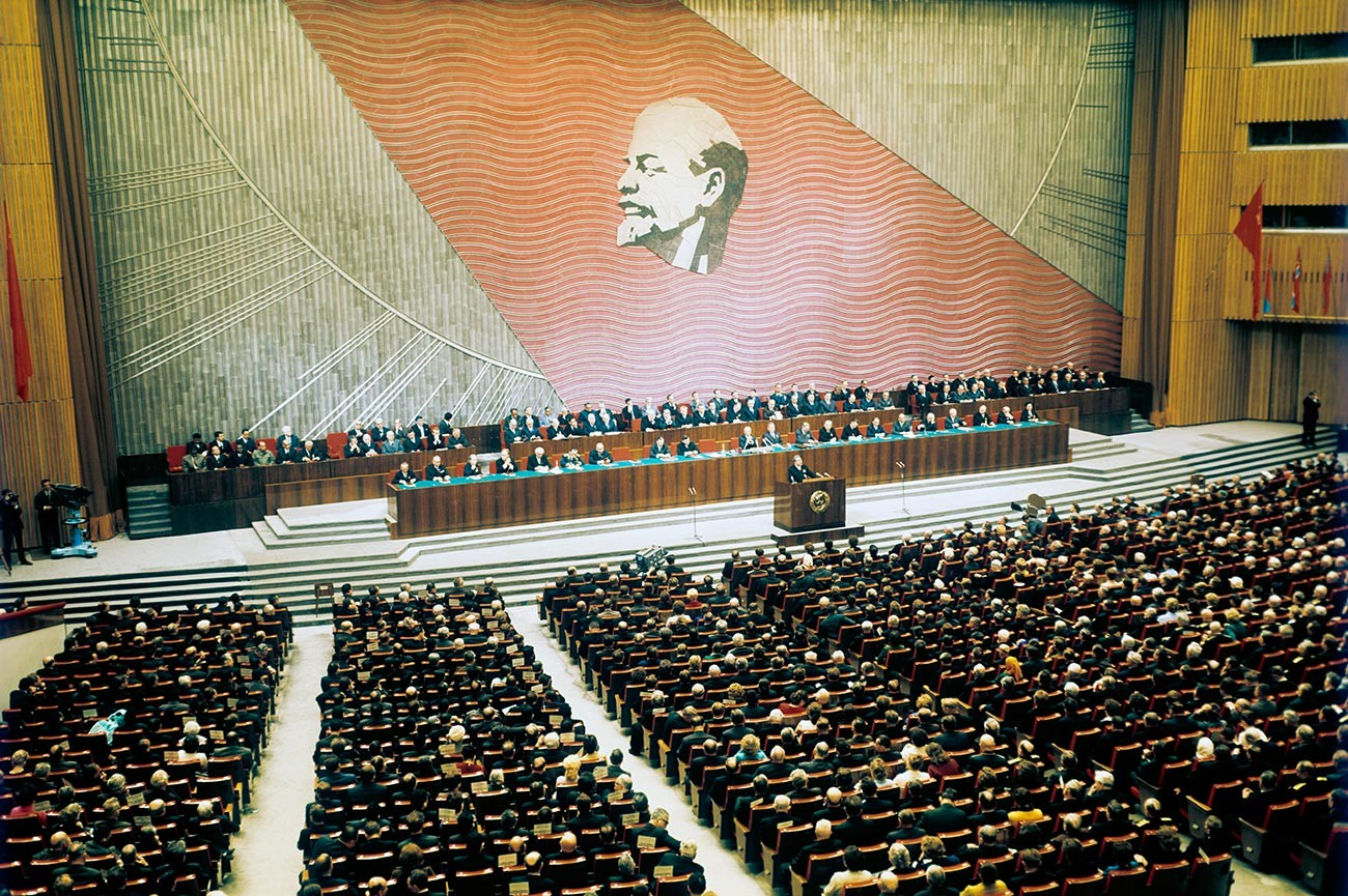 Les participants à la réunion solennelle du Comité central du Parti communiste de l'Union soviétique, du Soviet suprême de l'Union soviétique et du Soviet suprême de la RSFSR au Palais d'État du Kremlin, dédiée au 50e anniversaire de la Grande Révolution socialiste d'Octobre