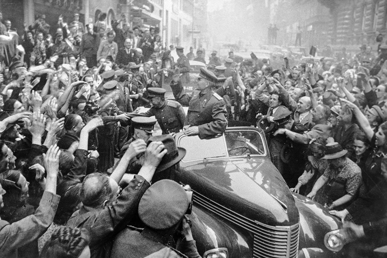 Des habitants de Prague saluent les soldats libérateurs, dirigés par le maréchal Ivan Konev