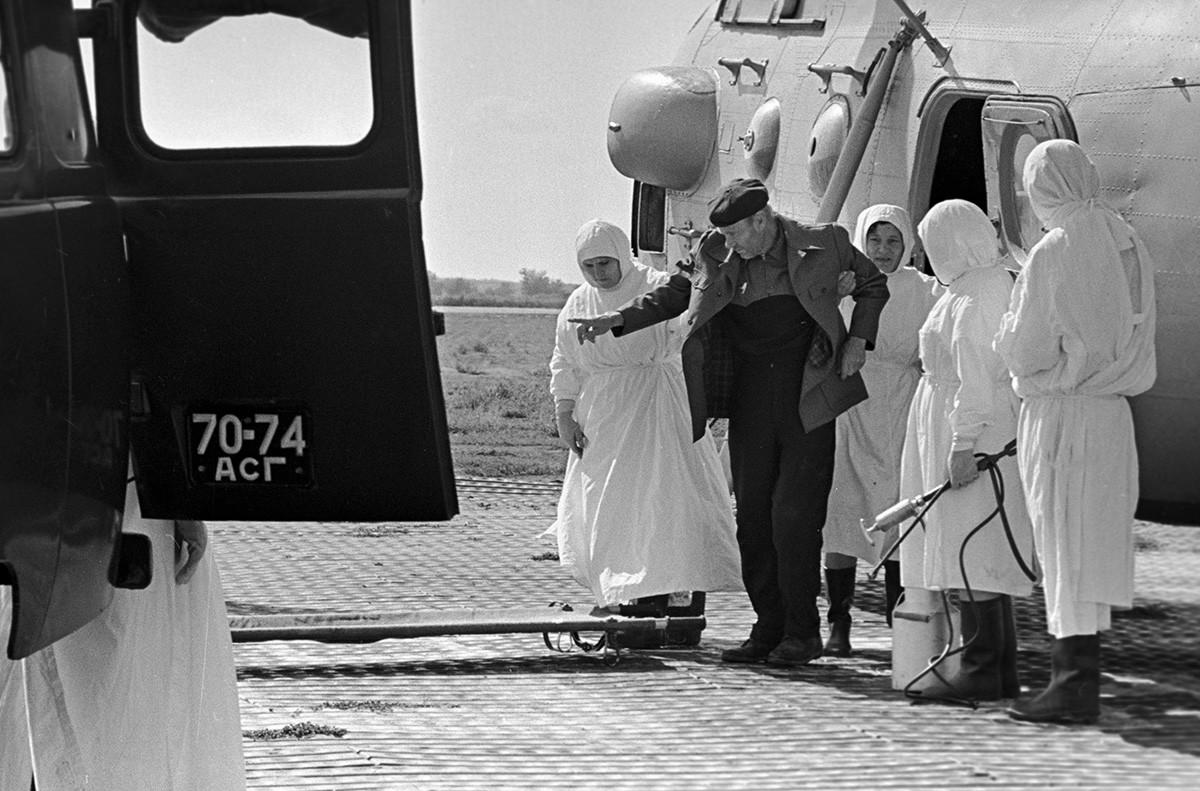 Proses pengiriman pasien kolera ke rumah sakit penyakit menular di Astrakhan, 1970.