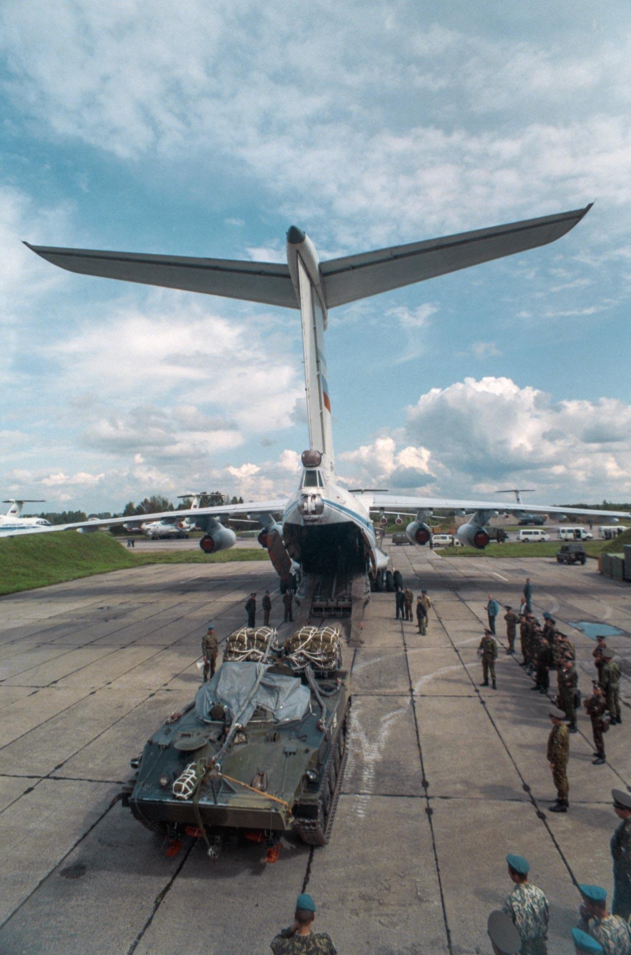 Natovarjanje oklepnikov BMD na transportno letalo Il-76. Pskovska regija, 24. avgusta 1998