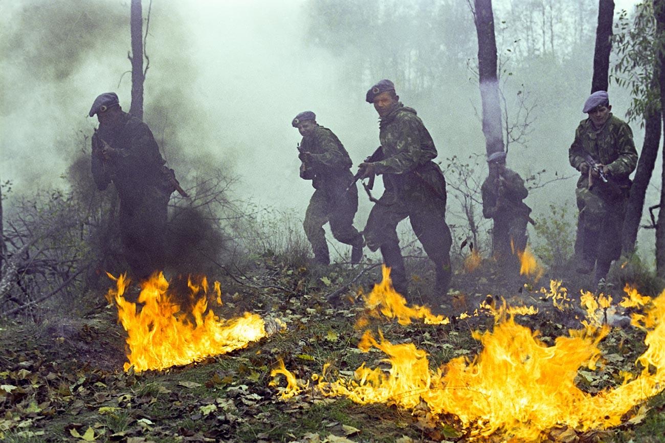 Боевые учения советских гвардейцев-десантников.