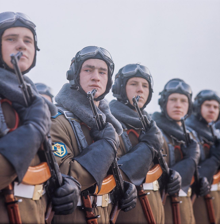 Подготовка к военному параду в честь празднования 53-годовщины Великой Октябрьской социалистической революции на Красной площади в Москве.