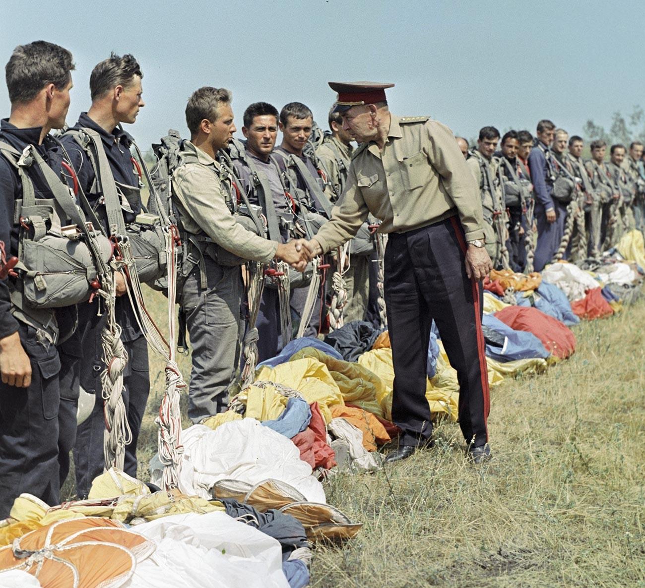 Командующий ВДВ генерал армии Василий Маргелов благодарит десантников за отлично проведенную учебу.