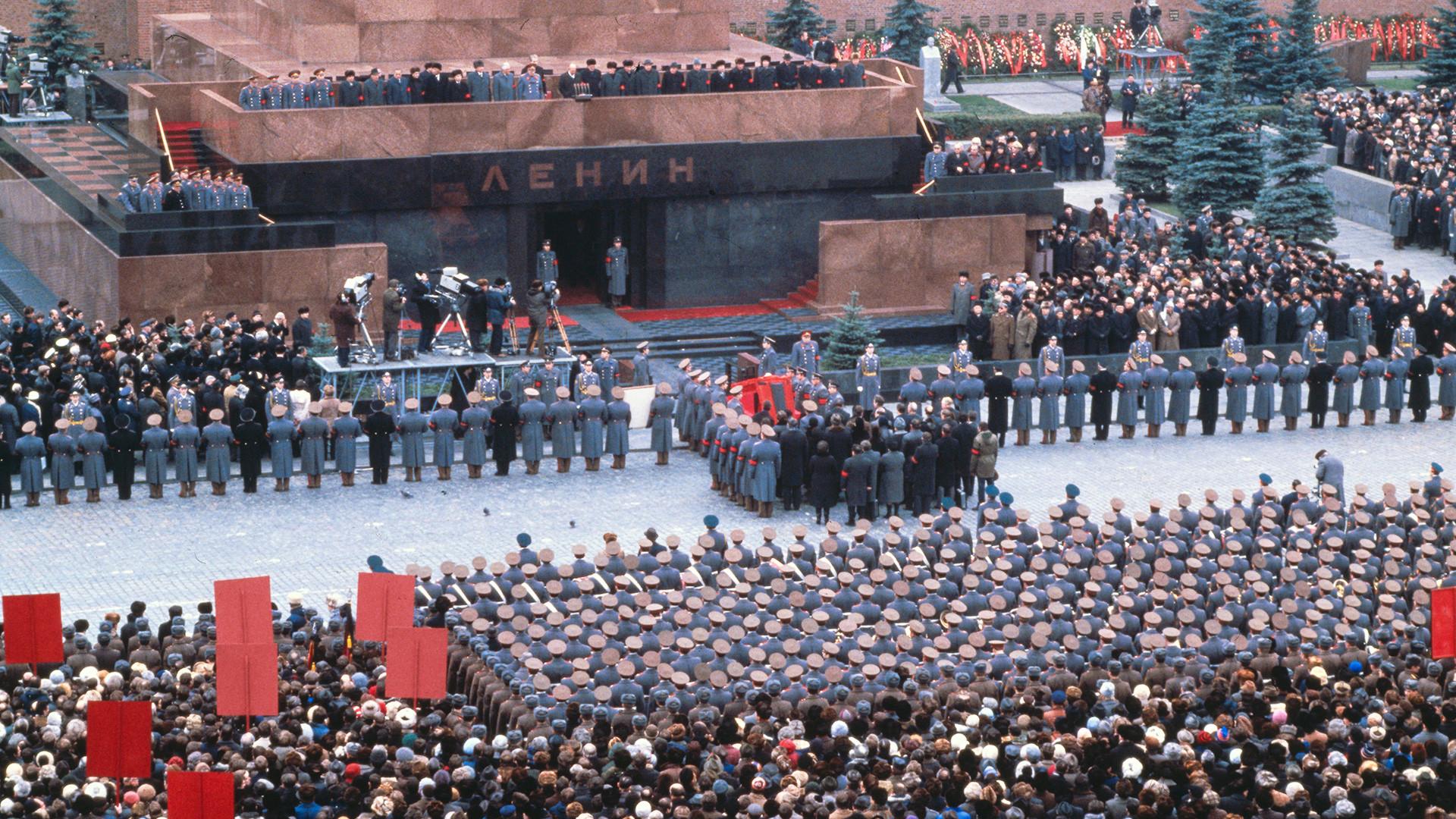 I leader del Partito Comunista portano il feretro di Leonid Brezhnev, ex leader del Partito Comunista, davanti al mausoleo di Lenin in Piazza Rossa durante il corteo funebre
