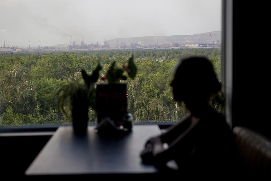 Une vue du fleuve depuis la fenêtre d'un centre commercial à Magnitogorsk.