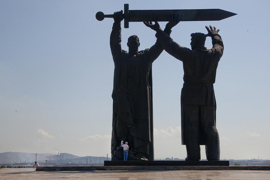 Le monument «L'arrière au front!», d'une hauteur de 15 mètres, est la première partie d'un triptyque composé des monuments de «L'Appel de la Mère Patrie» (à Volgograd) et du «Soldat-Libérateur» (à Berlin).