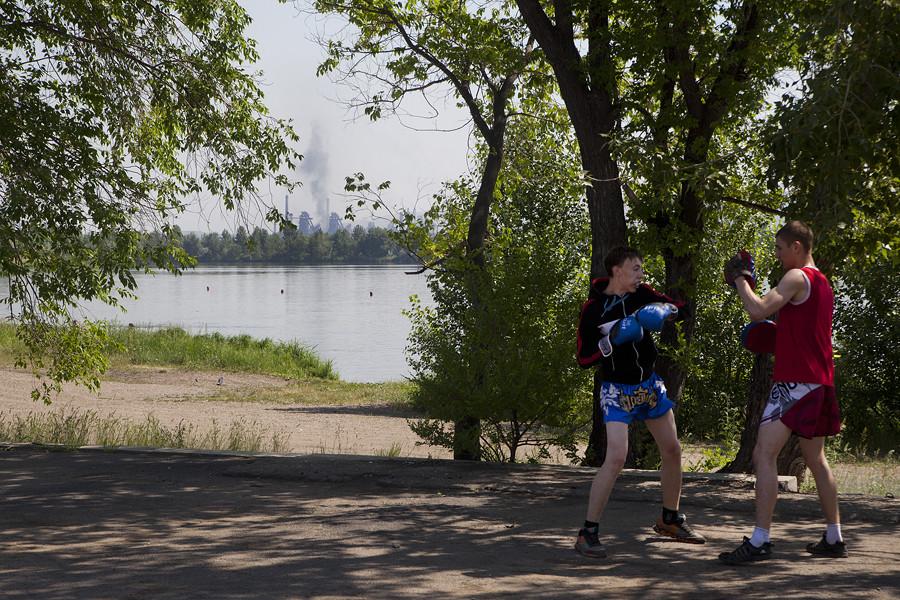 L'on pourrait croire que les habitants ne fréquentent pas cette rive, mais en fait, l'on s'y baigne et l'on s'y adonne au sport. Mais une chose est à l'honneur : la vue.