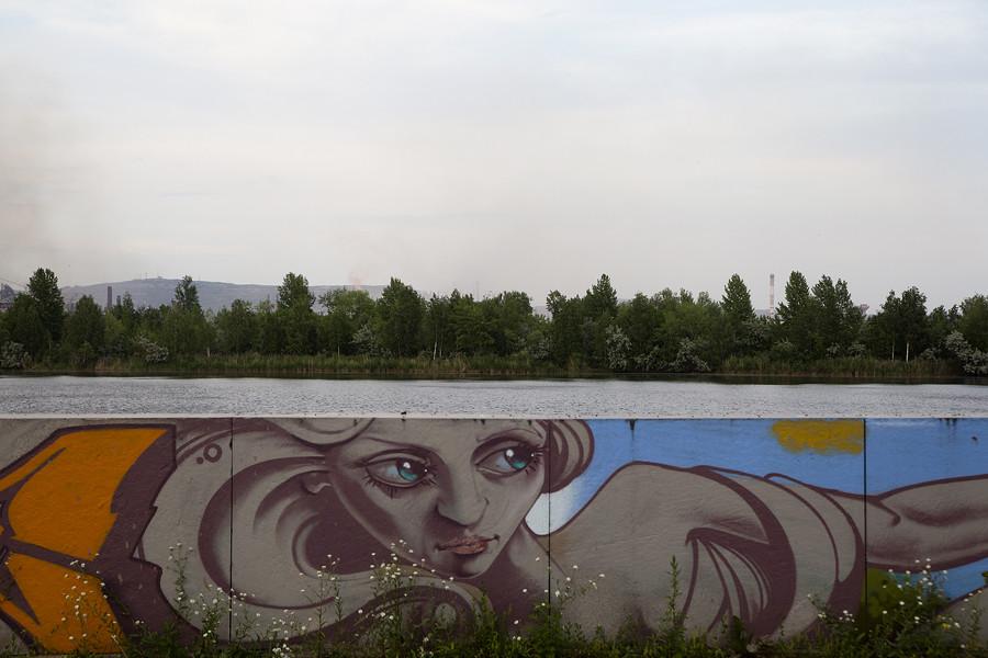 La ville est située sur le côté est de l'extrême sud des monts ouraliens, au bord du fleuve Oural. Depuis les berges, vous pouvez profiter d'une vue industrielle authentique de la cité.