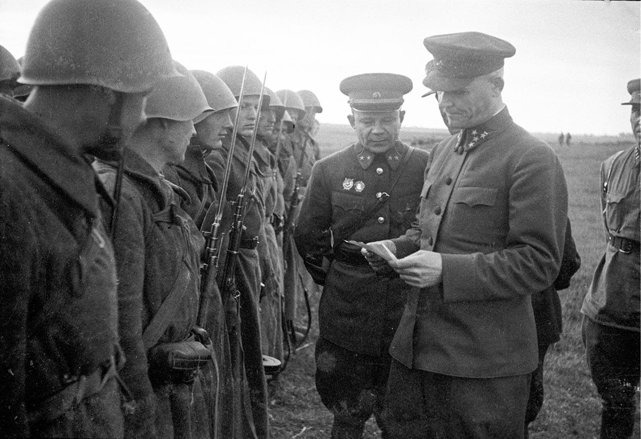 Frontkommandant Generaloberst Iwan Konew (v.r) und der Kommandant der 31. Kalinin-Front.