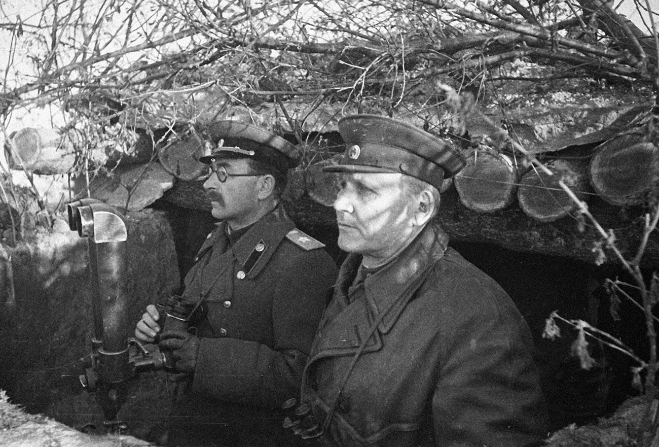 Kommandant des 2. Ukrainischen Frontmarschalls der Sowjetunion Iwan  Konew (v.r) und Kommandant der 5. Garde-Panzerarmee Marschall Pawel Rotmistrow an einem Beobachtungsposten während des Großen Vaterländischen Krieges.