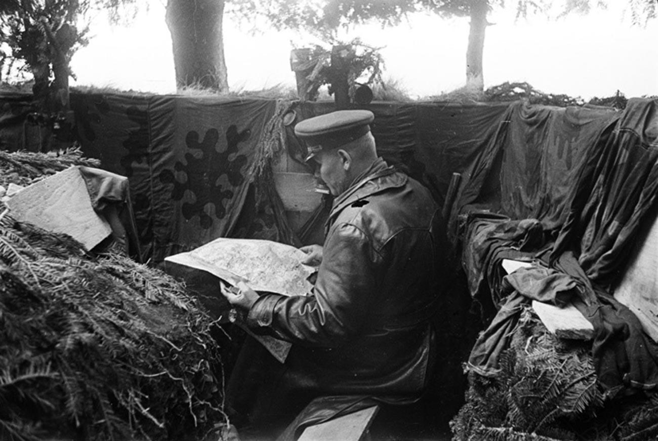 Kommandant der 1. Ukrainischen Front Iwan Konew am Gefechtsstand.