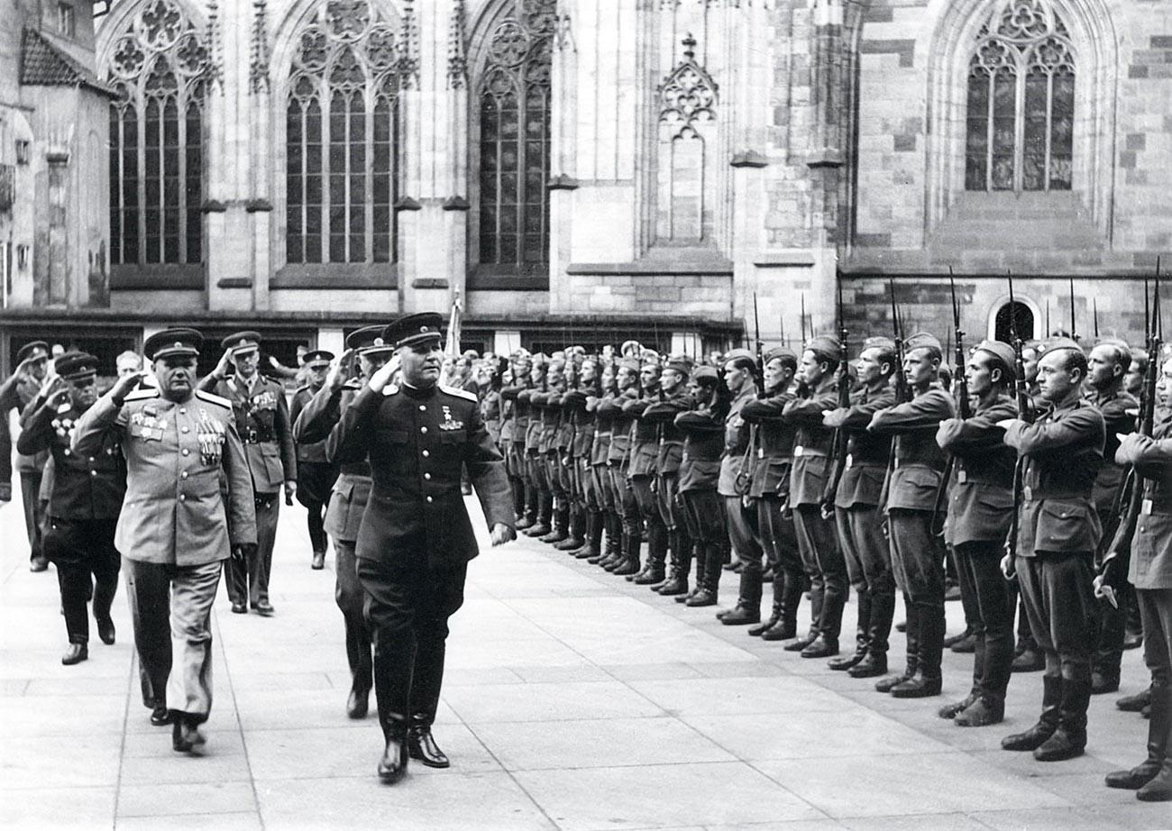 Marschall der Sowjetunion I.S. Konew und General der Armee A.I. Eremenko bei der Verleihung des tschechoslowakischen Ordens vom Weißen Löwen. Soldaten der tschechoslowakischen Armee auf der Ehrenwache.