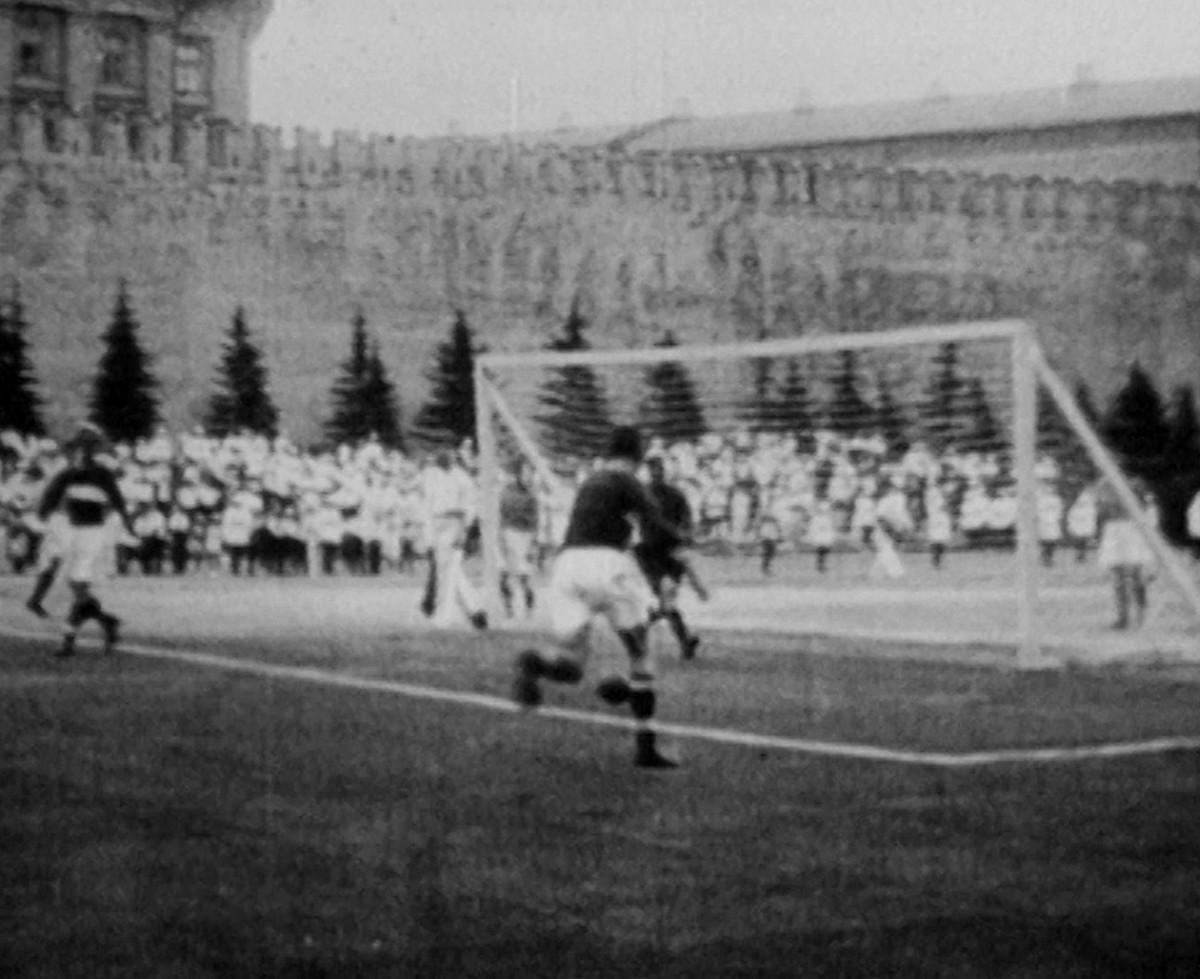 Pertandingan sepak bola di Lapangan Merah, Moskow.