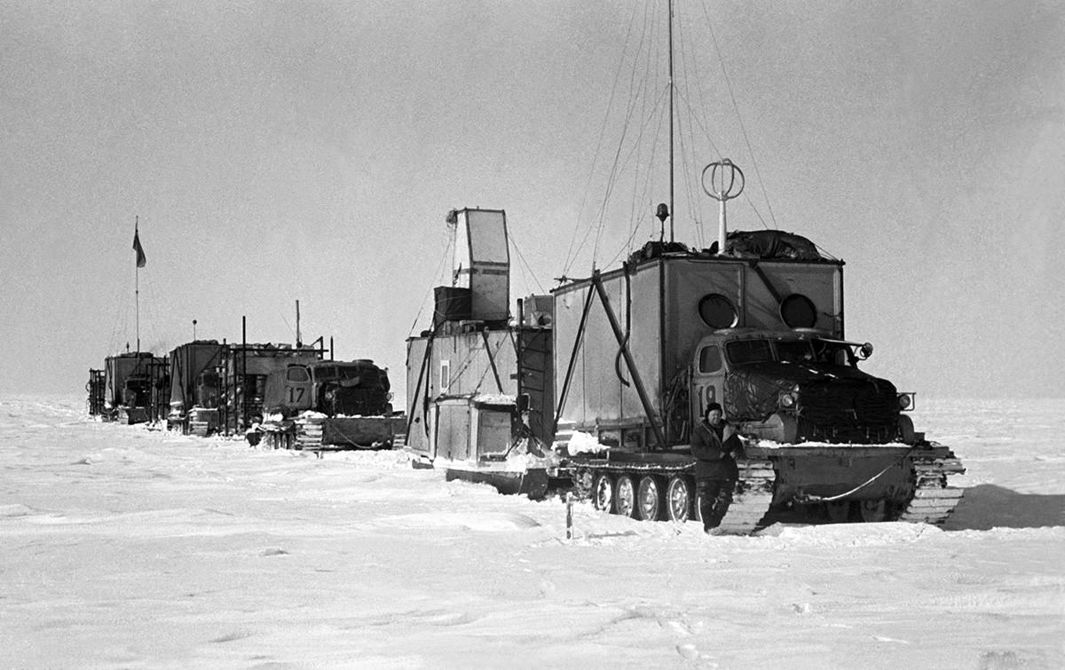 Antarktis, 1959. Eine Ansicht zeigt den Schlitten-Traktor-Zug der dritten sowjetischen Antarktisexpedition. Das genaue Datum des Fotos ist unbekannt.