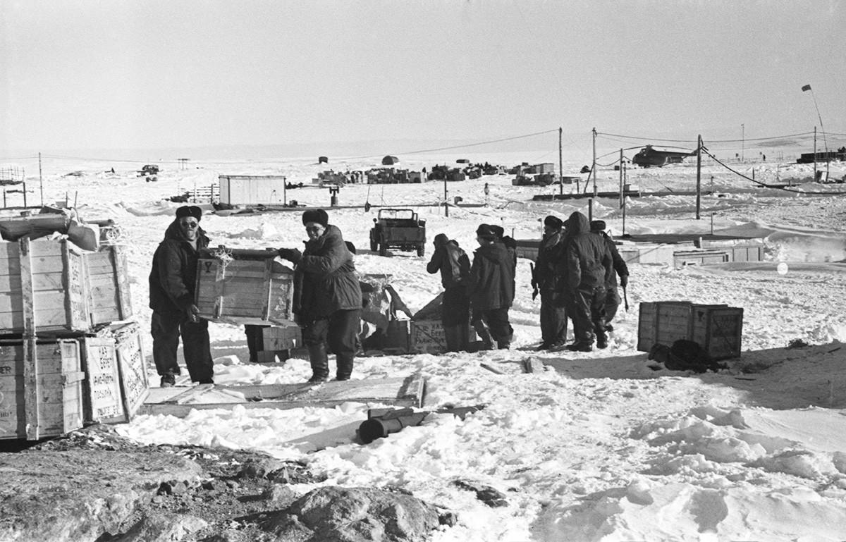 Abladen der angelieferten Kisten mit Lebensmitteln und Ausrüstung. 1. April 1958.