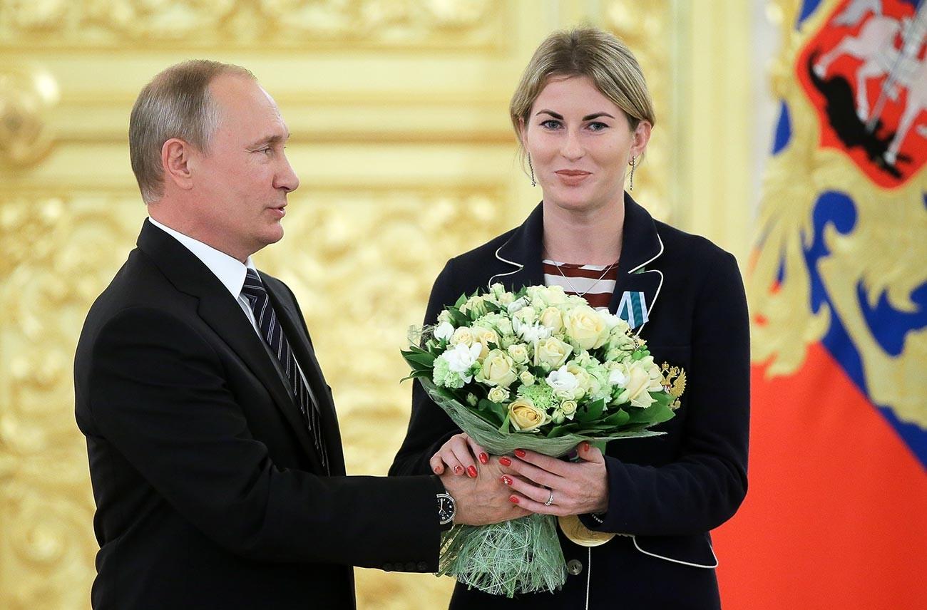 Президентът на Русия Владимир Путин и олимпийската шампионка по фехтовка със саби Инна Дериглазова, наградена с орден за Дружба, в Кремъл на церемонията по награждаването на членовете на руския олимпийски отбор – победители и призьори на Олимпиадата през 2016 г. в Рио де Жанейро